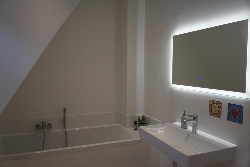 Modernes Bad nach der Kernsanierung im Altbau.