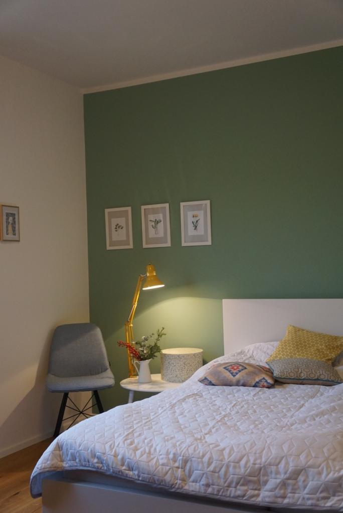 Gästezimmer mit großem Gästebett, grüne Wand, großes Gästezimmer